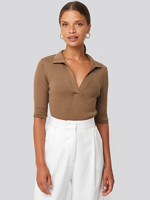 NA-KD Pique Collar Knitted Top brun