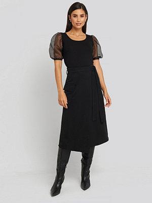 Trendyol Waist Binding Overlap Midi Skirt svart