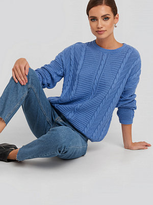 NA-KD Round Neck Cable Sweater blå