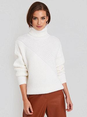 NA-KD Roll Neck Asymmetric Rib Sweater vit