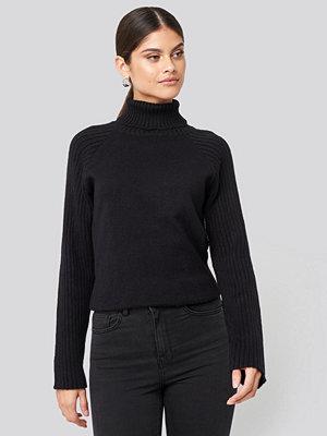 NA-KD High Neck Ribbed Sleeves Sweater svart