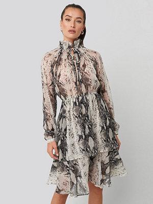NA-KD Boho High Frill Neck Dress grå