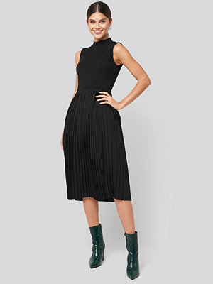 NA-KD Midi Sleeveless Pleated Dress svart