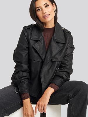 NA-KD Belted PU Jacket svart