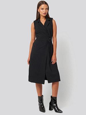 Trendyol Buckle Detail Midi Dress svart