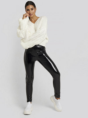 Gerda x NA-KD Wet Look Leggings svart