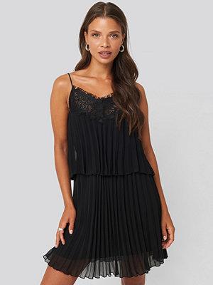 Mango Plis Dress svart