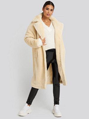 Gerda x NA-KD Faux Fur Coat vit