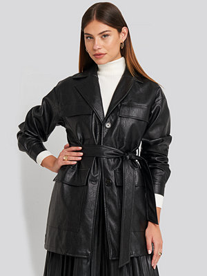 NA-KD Trend Power Shoulder Pu Jacket svart