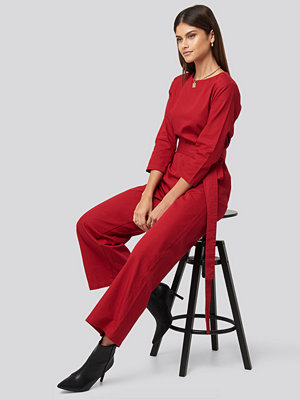 NA-KD Trend Belted Waist Detail Jumpsuit röd