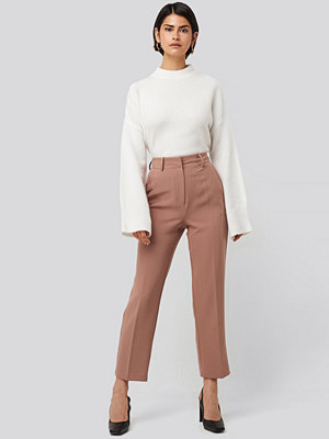 NA-KD Classic beige byxor Tailored Cropped Suit Pants rosa
