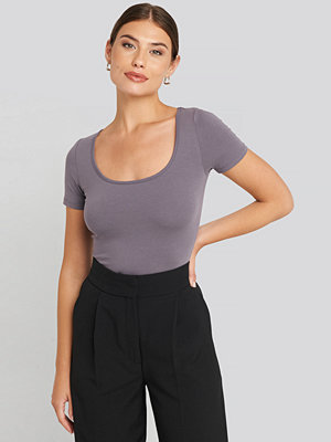 NA-KD Deep Round Neck Fitted Top lila