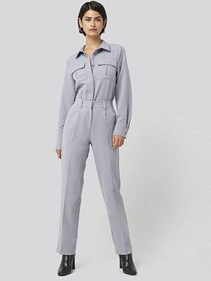 NA-KD Classic ljusgrå byxor Creased Mid Rise Suit Pants blå
