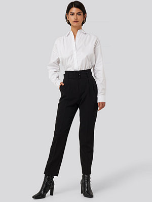 NA-KD Classic svarta byxor Belted Suit Pants svart