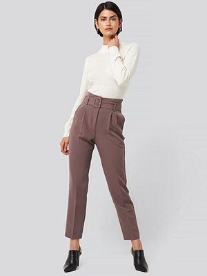 NA-KD Classic omönstrade byxor Belted Suit Pants lila