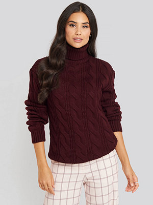 NA-KD Trend Polo Neck Cable Knitted Sweater röd lila