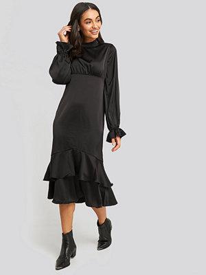 NA-KD Trend Ballon Sleeve Gathered Midi Dress svart
