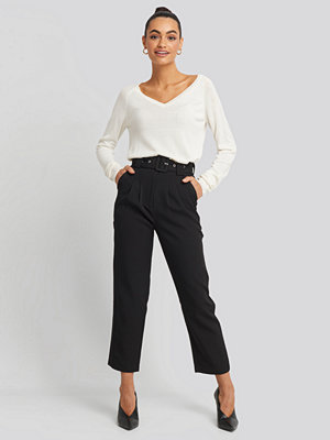 NA-KD Trend svarta byxor Cropped Belted Pants svart