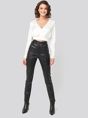 Nadine x NA-KD svarta byxor PU-Leather Slim Pants svart