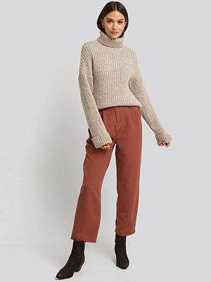 NA-KD bruna byxor Belted Paperbag Tapered Pants brun röd