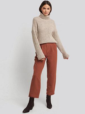 NA-KD bruna byxor Belted Paperbag Tapered Pants brun orange