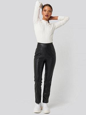 Karo Kauer x NA-KD svarta byxor PU Leather Pants svart