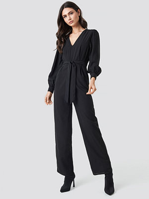 NA-KD Party V-Neck Fitted Waist Jumpsuit svart