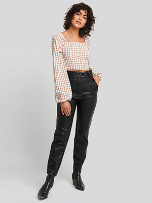 NA-KD Trend svarta byxor Buckle Belt Detailed Pu Pants svart