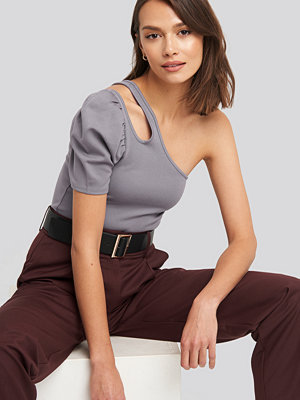 NA-KD Trend Cut Out One Shoulder Top lila