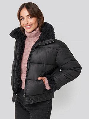 Hannalicious x NA-KD Faux Fur Detailed Puffer Jacket svart