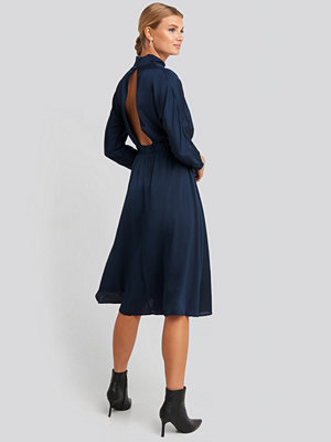 Trendyol Back Low-Cut Midi Dress blå
