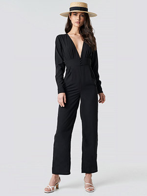 NA-KD Party V-Neck Button Detail Jumpsuit svart
