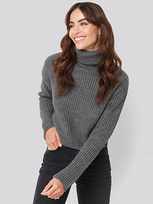 Hannalicious x NA-KD Folded Polo Neck Knitted Sweater grå