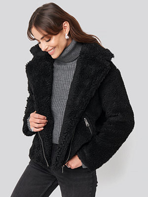 Hannalicious x NA-KD Short Faux Fur Belted Biker Jacket svart