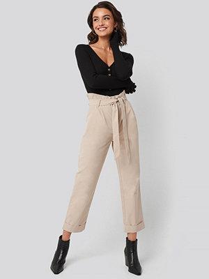 Nadine x NA-KD omönstrade byxor Tied Waist Suit Pants beige