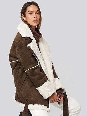 Karo Kauer x NA-KD Belted Faux Fur Aviator Jacket brun