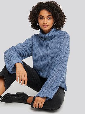 NA-KD Short Pineapple Knitted Sweater blå