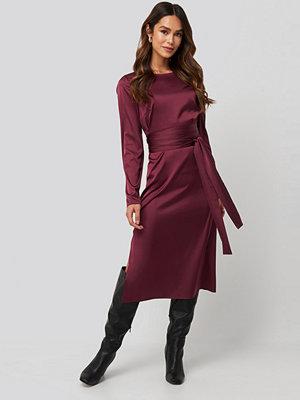 Festklänningar - NA-KD Trend Belted Satin Midi Dress röd