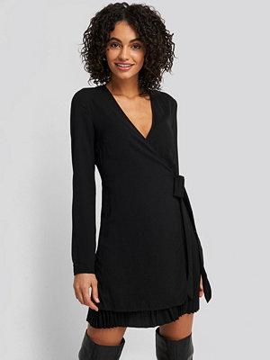 NA-KD Trend Overlapped Pleat Detailed Mini Dress svart
