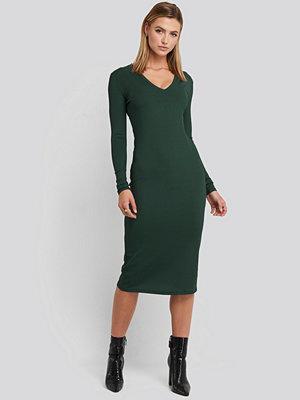 NA-KD Deep V-Neck Ribbed Dress grön