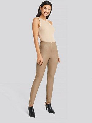 NA-KD Party beige byxor PU Zipper Pants brun
