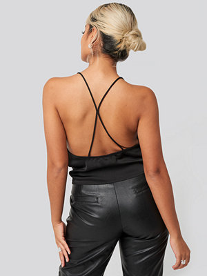 NA-KD Party Cross Back Detail Singlet svart