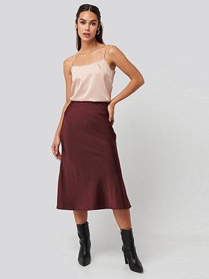 NA-KD Classic Satin Skirt röd