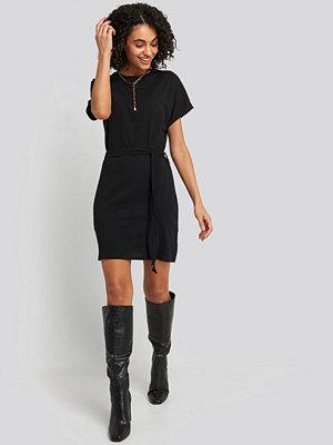 NA-KD Belted T-shirt Dress svart