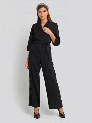 NA-KD Wide Leg Buttoned Jumpsuit svart