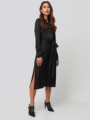 Festklänningar - NA-KD Trend Belted Satin Midi Dress svart