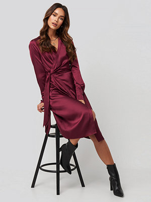 NA-KD Trend Side Tie Satin Midi Dress röd