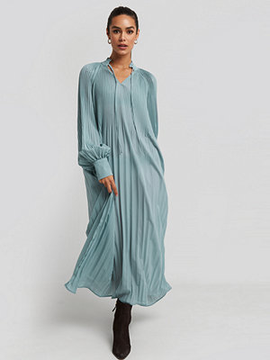 NA-KD Trend Tie Neck Pleated Dress blå