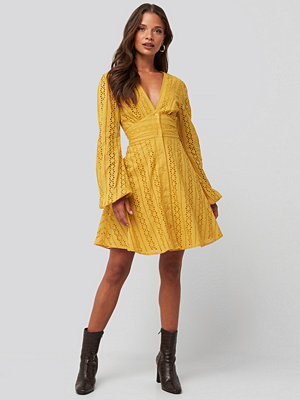 NA-KD Boho V-Neck Anglaise LS Mini Dress gul