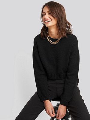 NA-KD Cropped Round Neck Knitted Sweater svart